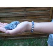 Le bracelet perles Sodalite sur poignet du modèle Milenka