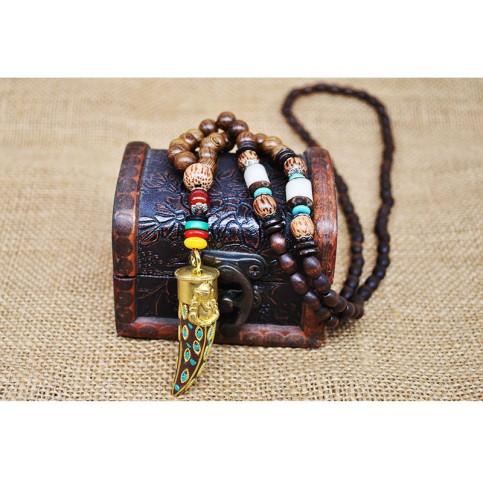Collier perles bois avec grande corne sur a boite
