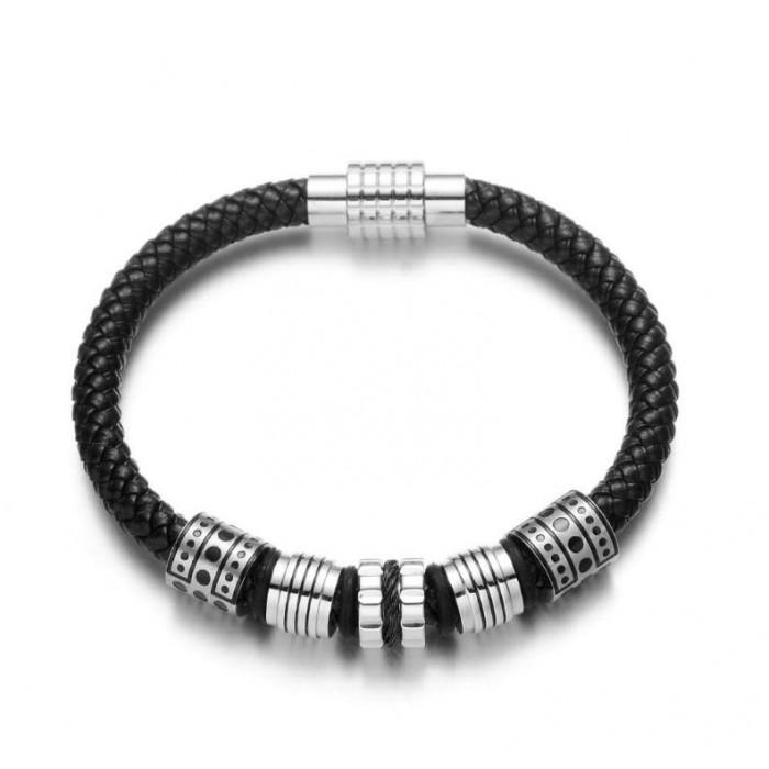 Le bracelet cuir noir et métal