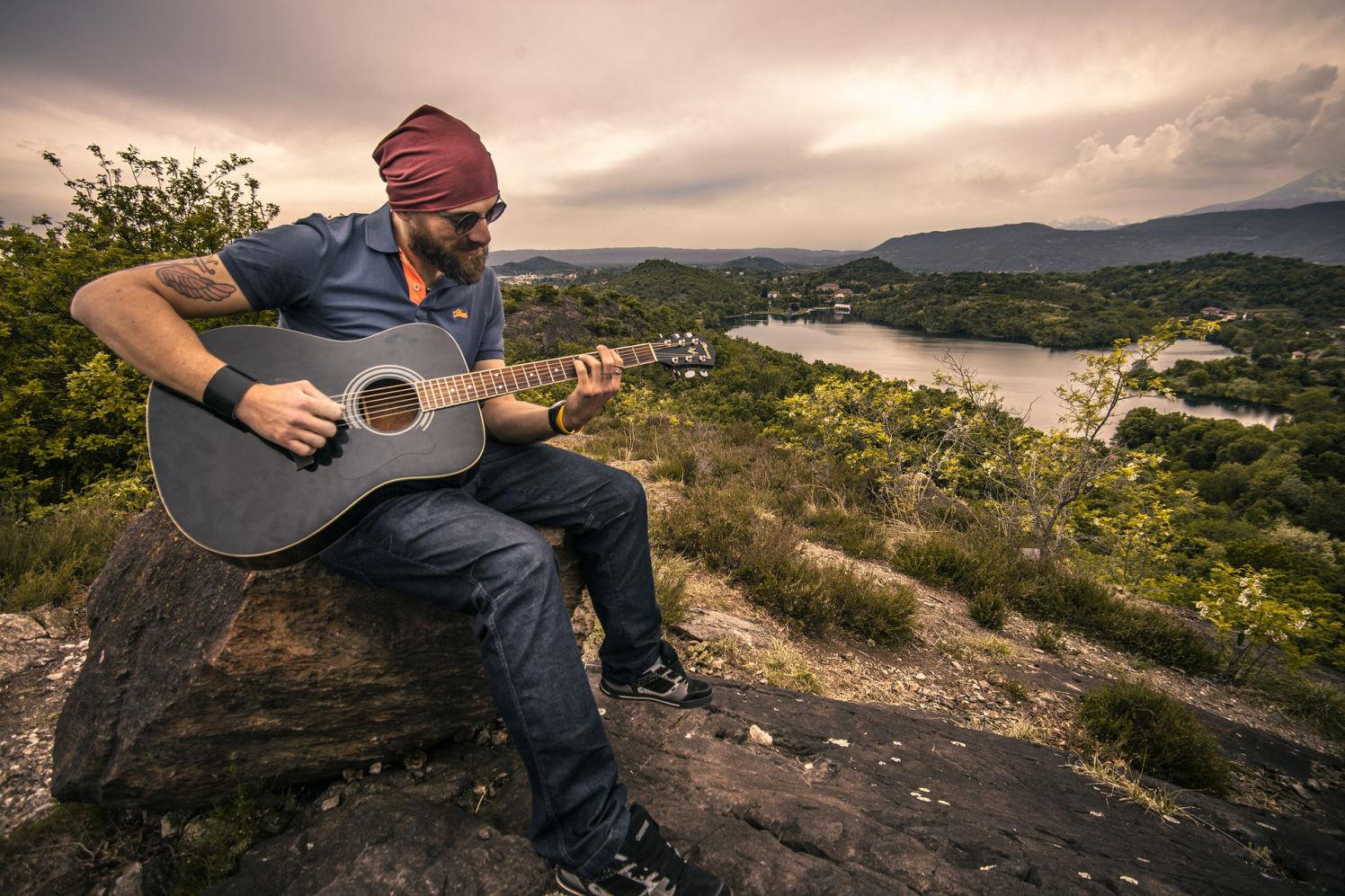 homme hippi avec guitard
